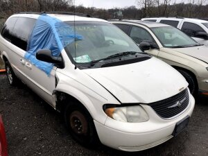WHITE 2002 CHRYSLER TOWN & COUNTRY