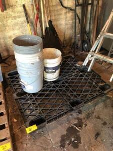 Plastic pallet with buckets