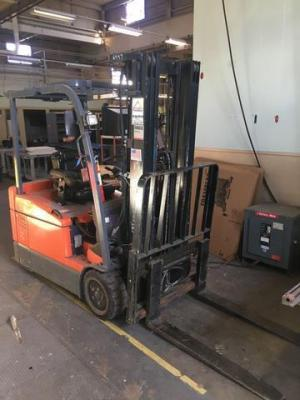 Toyota forklift- electric - model 7FBEU20 - SN: 14031 - with Charger  ** PLEASE BE AWARE FORKLIFT WILL BE USED FOR REMOVAL - BUYER CAN PICK UP AT 6PM JAN. 16TH **